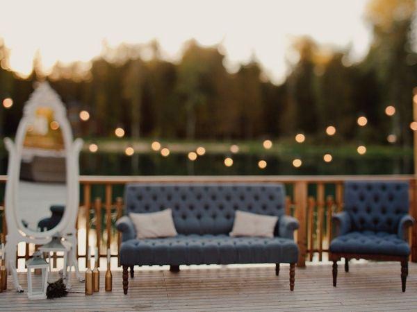 Лаунж-зона для гостей на свадьбе